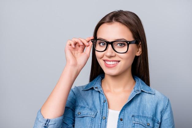 Mädchen mit brille isoliert auf grau