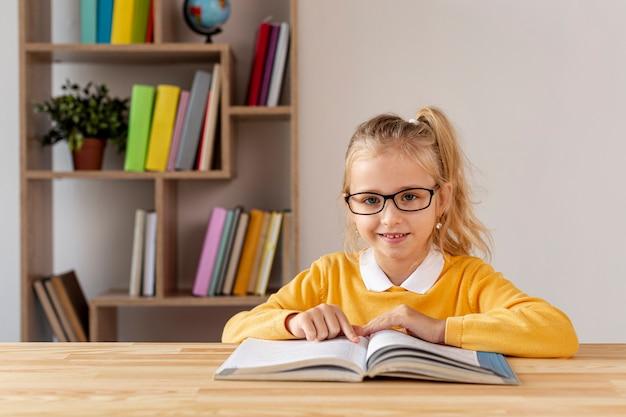 Mädchen mit brille lesen