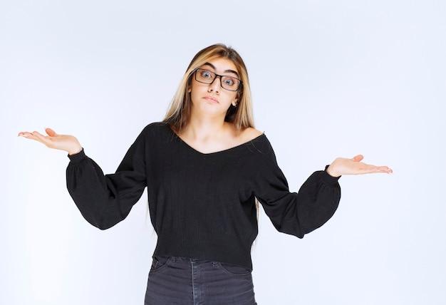Mädchen mit brille sieht unerfahren und verwirrt aus.