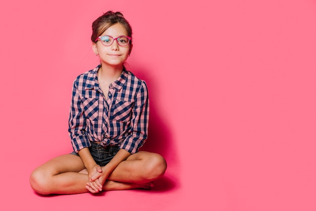 Mädchen mit brille sitzen