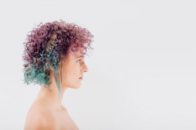 Mädchen mit bunt gefärbtem haar. mädchen mit make-up und frisur