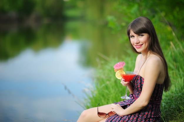 Mädchen mit cocktail in der natur
