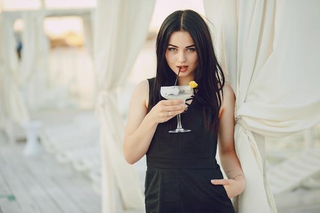Mädchen mit cocktail