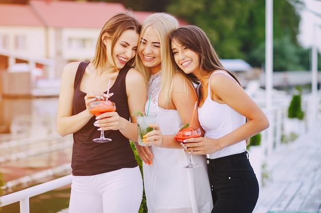 Mädchen mit cocktails