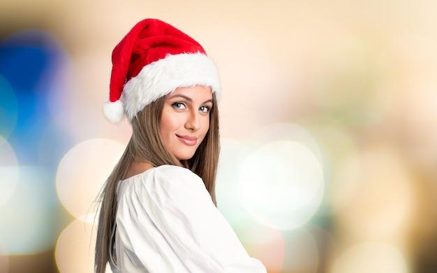 Mädchen mit dem weihnachtshutlachen