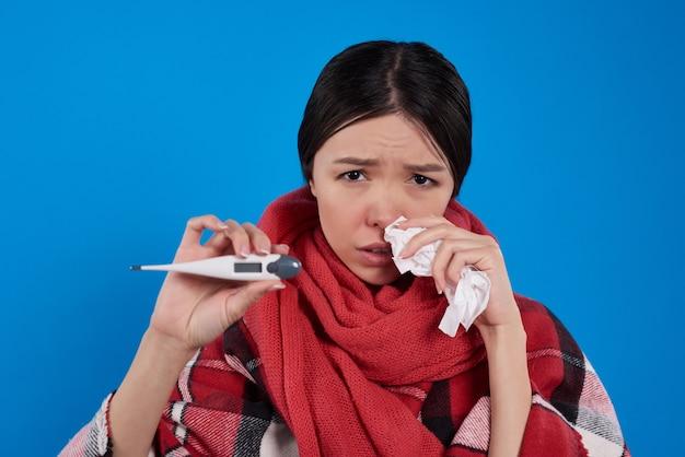 Mädchen mit der kälte, die temperatur nimmt