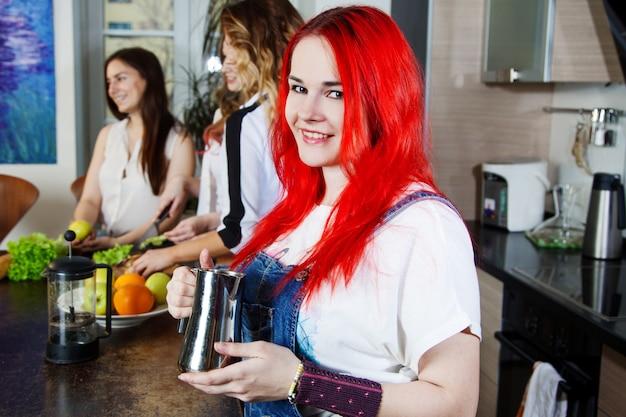 Mädchen mit der kaffeekanne, kaffee machen will