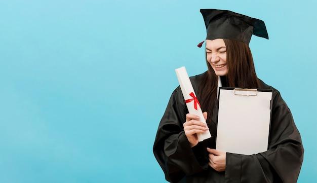 Mädchen mit diplom und kopierraum