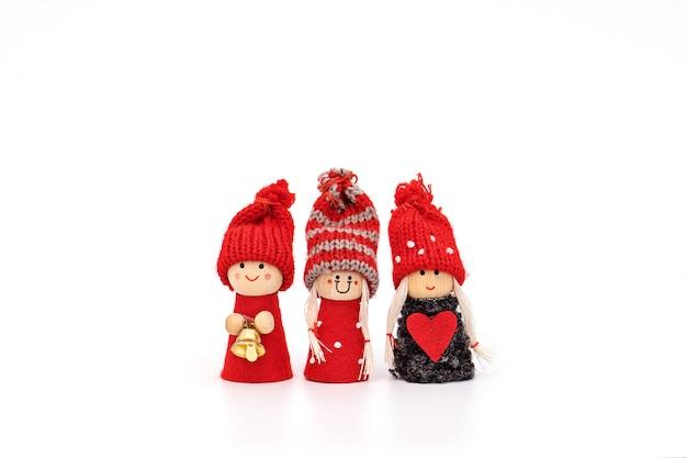 Mädchen mit drei weihnachtsgnomen getrennt auf weiß