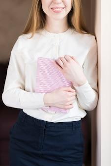 Mädchen mit einem großen lächeln und einem notebook