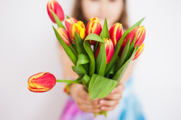 Mädchen mit einem großen strauß tulpen. mädchen mit frühlingsblumen