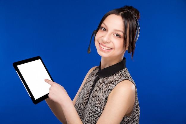 Mädchen mit einem headset und einem tablet