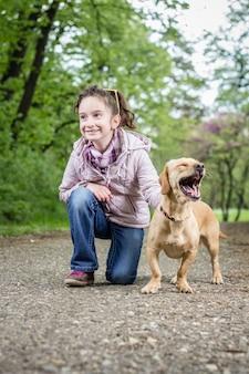 Mädchen mit einem hund
