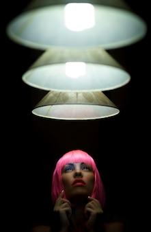 Mädchen mit einem kurzen rosa haar