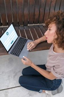 Mädchen mit einem laptop
