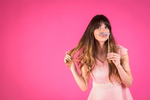 Mädchen mit einem lustigen schwarzen schnurrbart