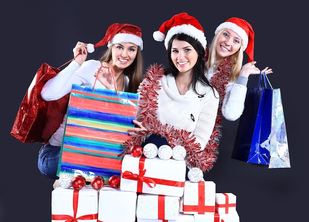 Mädchen mit einem neujahrsgeschenk auf einem dunklen hintergrund