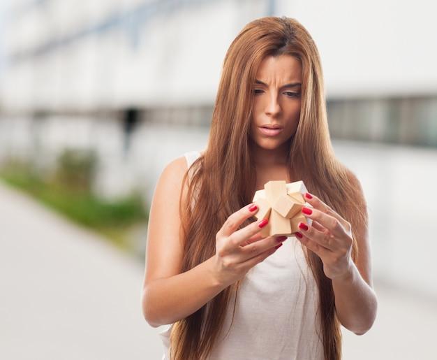 Mädchen mit einem objekt