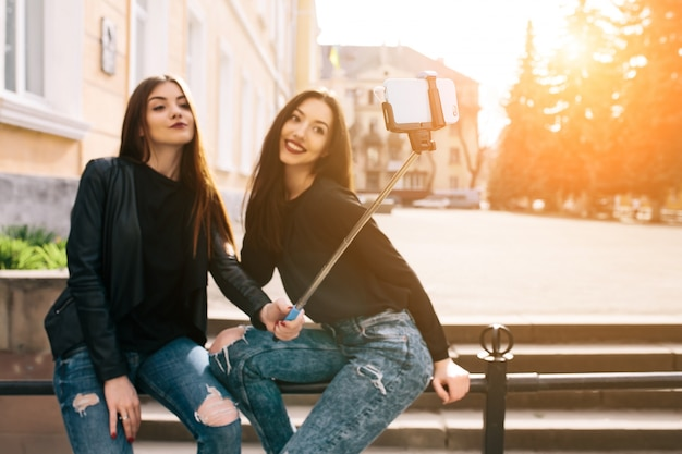 Mädchen mit einem selfie stick