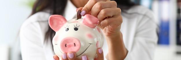 Mädchen mit einem sparschwein
