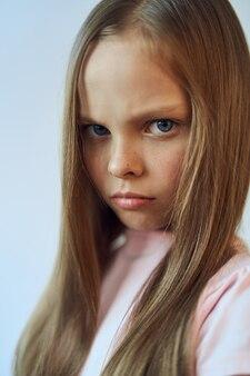 Mädchen mit einem unglücklichen ausdruck auf ihrem gesicht weißen t-shirt ressentiments emotionen