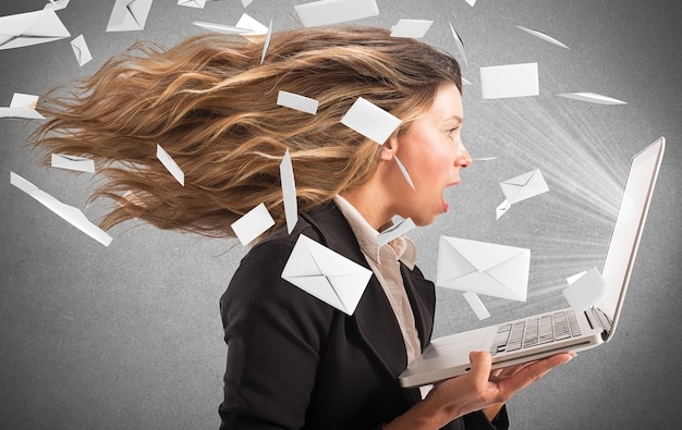 Mädchen mit einem wind von e-mail bedeckt