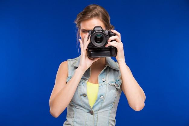 Mädchen mit einer kamera in der hand