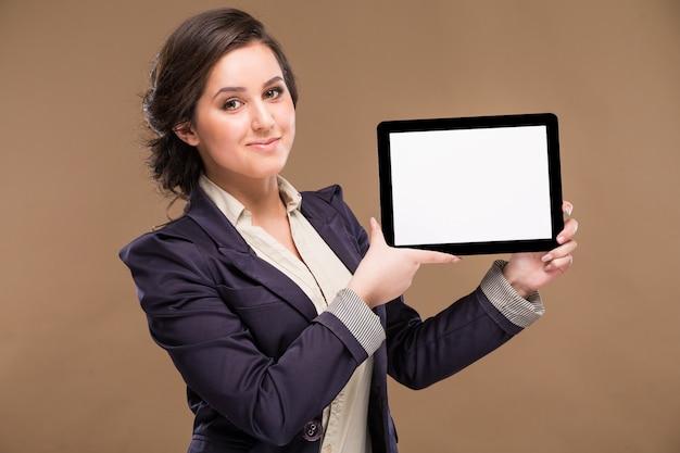 Mädchen mit einer tablette in den händen
