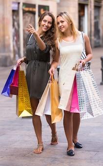 Mädchen mit einkaufstaschen an der straße