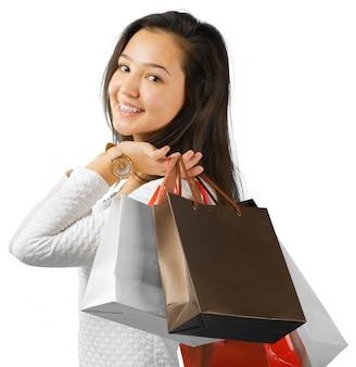 Mädchen mit einkaufstüten auf weiß