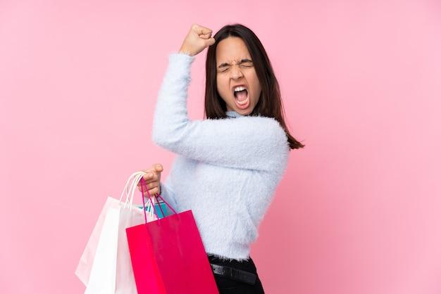 Mädchen mit einkaufstüten über lokalisiertem hintergrund
