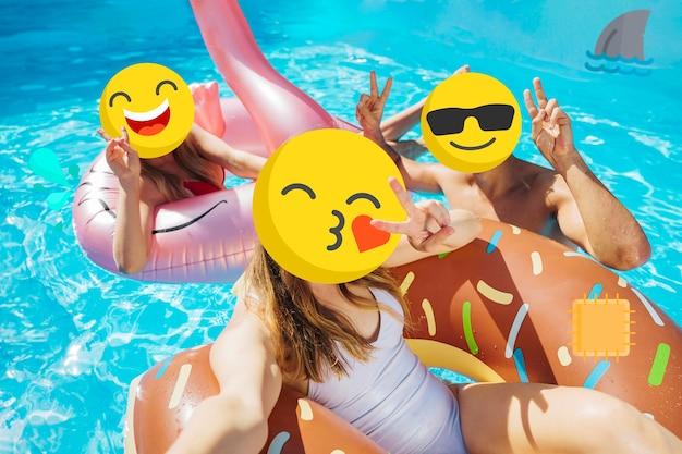 Mädchen mit emoji-gesichtern am pool