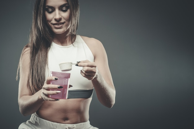 Mädchen mit ergänzung molkeprotein-shake-pulver
