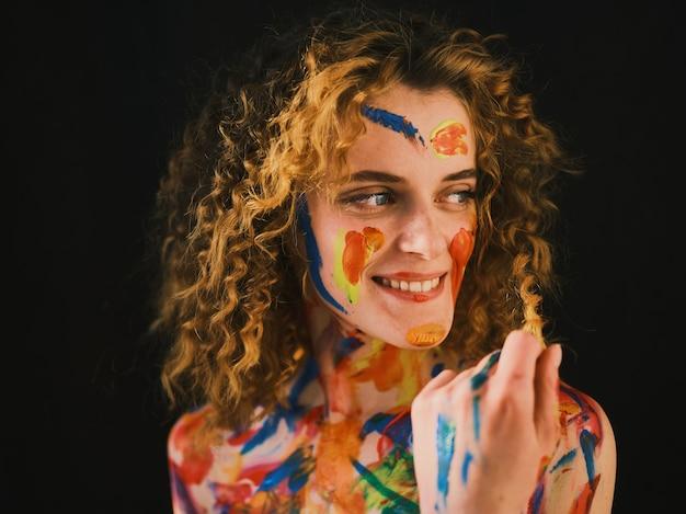 Mädchen mit farbe auf ihrem gesicht und körper