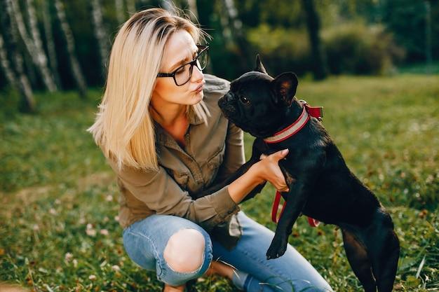 Mädchen mit französischer bulldogge