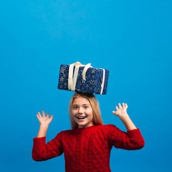 Mädchen mit geschenk auf hauptkopienraum