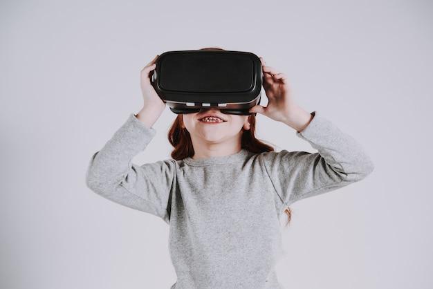 Mädchen mit gläsern der virtuellen realität spielt spiel.