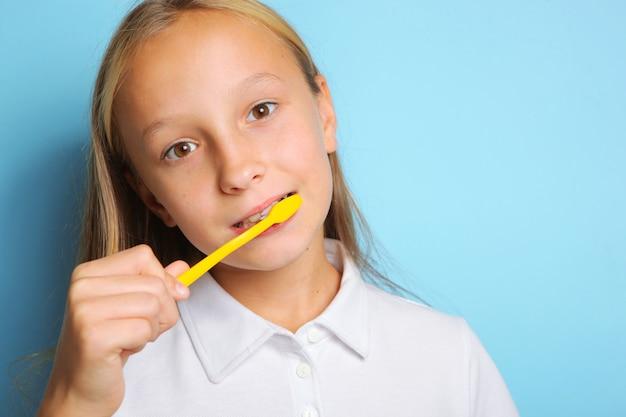 Mädchen mit guter laune putzt sich die zähne