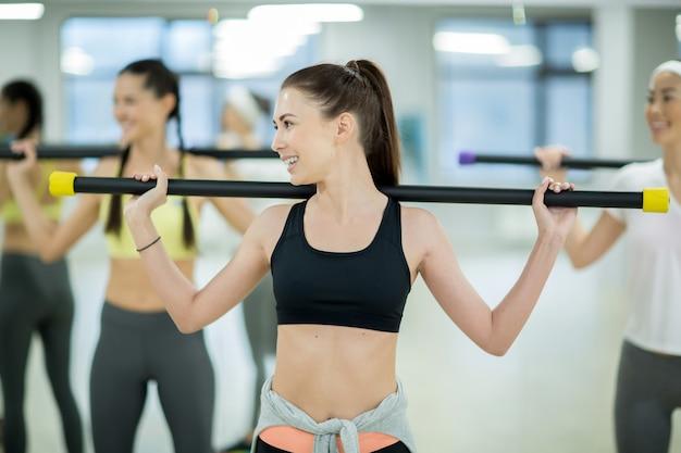 Mädchen mit gymnastikstange