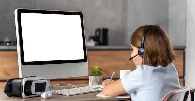 Mädchen mit headset, das online lernt