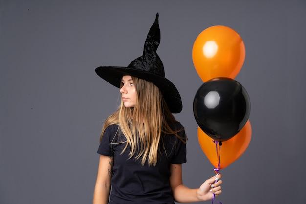 Mädchen mit hexenkostüm für halloween-party