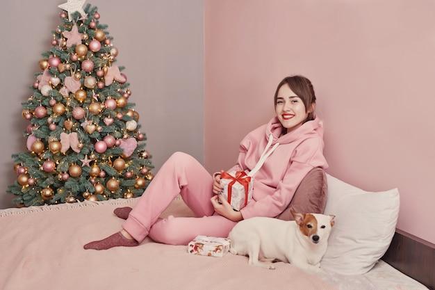 Mädchen mit hund jack russell terrier an weihnachten