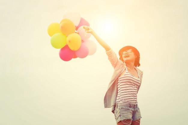 Mädchen mit hut und luftballons