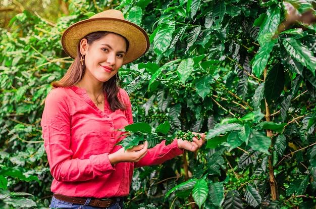 Mädchen mit hut und rosa hemd in kaffeeplantage