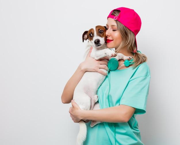 Mädchen mit jack russell terrier hund