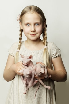 Mädchen mit kätzchen, niedliches kind mit tierbabys