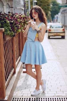 Mädchen mit kaffee