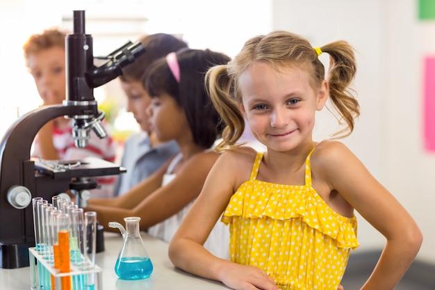 Mädchen mit klassenkameraden im labor