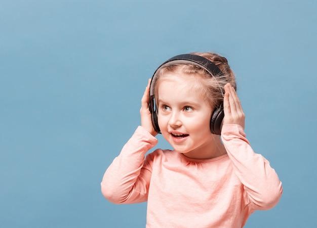 Mädchen mit kopfhörern, die musik hören