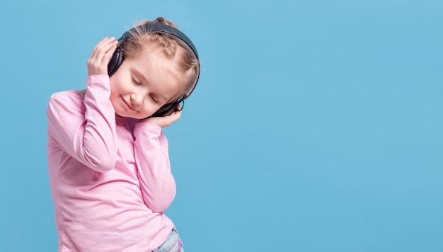 Mädchen mit kopfhörern hörend musik